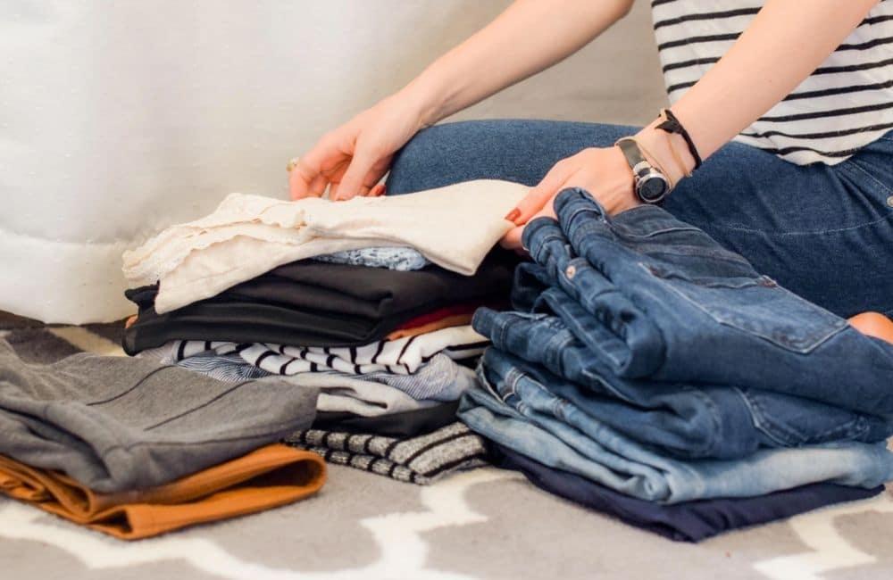 Tips Memulai Usaha Laundry Kiloan yang Sukses dengan berhati hati dengan pakaian konsumen